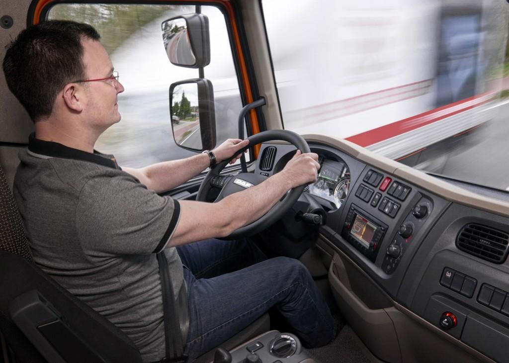 13-DAF-LF-2016-EDITION-LF-SILENT-SLEEPER-CAB-CAB-DRIVE