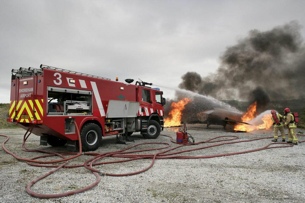 Scania P 270 4x2 fire con la cabina corta CrewCab. Vehículo de rescate en aeropuerto England. Photo: Bryan Winstanley 2008