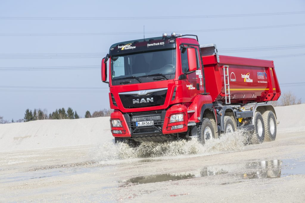 An MAN for tough terrain and high loads: MAN TGS 41.480 8x8 BB with large off-road tyres sized 14.00 R 20 up front and 12.00 R 24 in the rear.  DE:  Ein MAN fuer schweres Gelaende und hohe Lasten: MAN TGS 41.480 8x8 BB mit großer Gelaendebereifung im Format 14.00 R 20 vorne und 12.00 R 24 hinten. UK: An MAN for tough terrain and high loads: MAN TGS 41.480 8x8 BB with large off-road tyres sized 14.00 R 20 up front and 12.00 R 24 in the rear.
