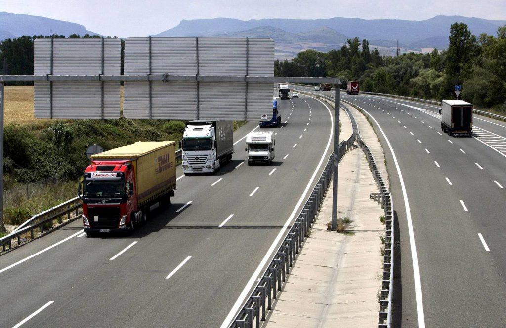 Autopista A1 N1 N-1. Carretera nacional 1 y entrada de la autopista. Trafico./ Miranda de Ebro./ Avelino Gomez